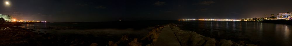 Chipre, Paphos, luzes do panorama da cidade da noite, litoral e mar fotos de stock royalty free