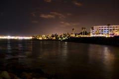 Chipre, Paphos, luzes do panorama da cidade da noite, litoral e mar imagem de stock royalty free