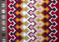 Chiprovtsi legt Wolldecken mit Teppich aus Stockbilder