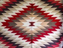 Chiprovtsi legt Wolldecken mit Teppich aus Lizenzfreie Stockfotografie