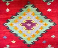 Chiprovtsi legt Wolldecken mit Teppich aus Lizenzfreies Stockbild
