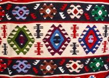 Chiprovtsi legt Wolldecken mit Teppich aus Lizenzfreies Stockfoto