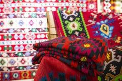Chiprovtsi legt Wolldecken mit Teppich aus Lizenzfreie Stockbilder
