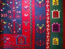 Chiprovtsi legt Wolldecken mit Teppich aus Lizenzfreie Stockfotos