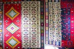 Chiprovtsi legt Wolldecken mit Teppich aus Stockfotografie