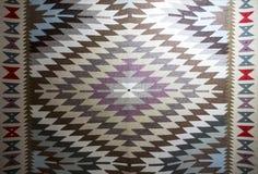 Chiprovtsi legt Wolldecken mit Teppich aus Stockfoto