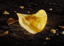 Chips auf dem dunklen alten Brett Stockfotografie