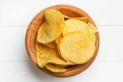 Chips auf einer hölzernen Schüssel Stockfotos