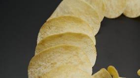 Chips auf Schwarzem, Nahaufnahme stock footage