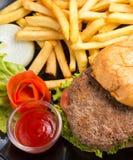 Chips And Burger Indicates Ready zu essen und Burger stockfoto