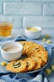 Chips de fromage de Jalapeno avec de la sauce au poivre grecque à yaourt Photos stock