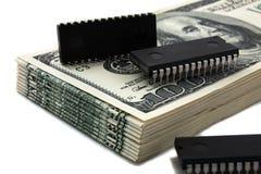 Chips de ordenador en el dinero Imagen de archivo