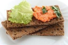 Chips de pain avec la pâte saumonée Photo stock