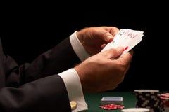 Chips des spielenden Kasinos des Schürhakenspielers Stockfotos