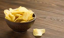 Chips in een kom op houten lijst Royalty-vrije Stock Foto