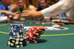 Chips an einem spielenden Tisch stockfotos