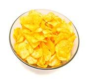 Chips in einer Glasschüssel lizenzfreie stockfotos