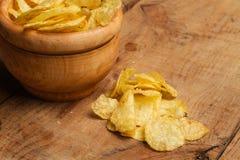 Chips in einer hölzernen Schüssel lizenzfreie stockbilder