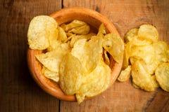 Chips in einer hölzernen Schüssel lizenzfreie stockfotografie