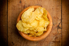 Chips in einer hölzernen Schüssel stockbilder