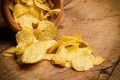 Chips in einer hölzernen Schüssel Stockfotos