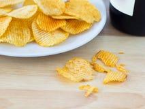 Chips en een Wijnfles Stock Afbeeldingen