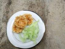 Chips en spaanderrijst met suiker en kokosnoten zoete snack wordt gebraden die Thaise snack en lokaal traditioneel voedsel Eigeng stock foto's