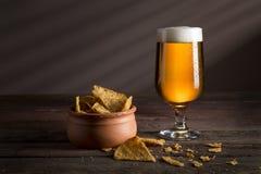 Chips et bière pâle photographie stock libre de droits