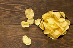 Chips in kom op een houten achtergrond, hoogste mening Stock Foto's