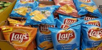 Chips Lays i en supermarket arkivbilder