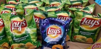 Chips Lays i en supermarket royaltyfria foton