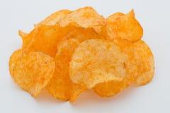 Chips med paprica på en vit bakgrund Arkivfoton