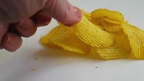 chips met de versheid van de kruidenhand stock footage