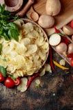 Chips met groenten en kruiden royalty-vrije stock foto's