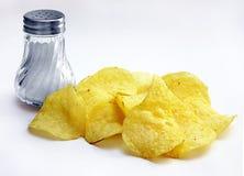 Chips mit Salz lizenzfreie stockfotografie