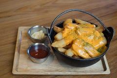 Chips oder Pommes-Frites auf dem Tisch Lizenzfreies Stockbild