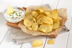 Chips op een perkament op een lijst Royalty-vrije Stock Fotografie