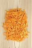 Chips op houten achtergrond Stock Afbeeldingen