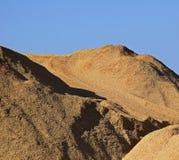 Chips Pile Blue Sky Sawdust de madera Foto de archivo libre de regalías