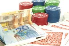 Chips und Geld auf Weiß Stockfotos