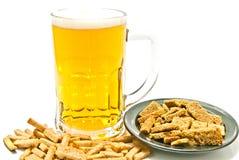 Chips und Glas Bier auf Weiß lizenzfreie stockbilder