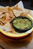 Chips und Guacamole im hellen Korb Lizenzfreie Stockfotografie