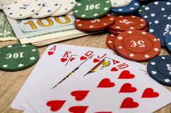 Chips und Karten für Poker Stockfotos
