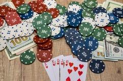 Chips und Karten für Poker mit Geld Stockbilder