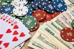 Chips und Karten für Poker mit Geld Stockfoto