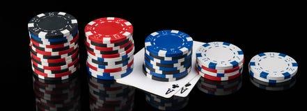 Chips und Pokerkarten liegen in der Länge auf einem schwarzen Hintergrund mit Lizenzfreies Stockbild