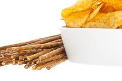 Chips und Saltsticks (mit Ausschnittspfad) Stockfotos
