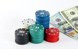 Chips von verschiedenen Bezeichnungsanmerkungen und von zweihundert Dollar Lizenzfreie Stockfotos