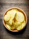 Chips In Wooden Bowl fotografia stock libera da diritti