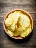 Chips In Wooden Bowl photographie stock libre de droits